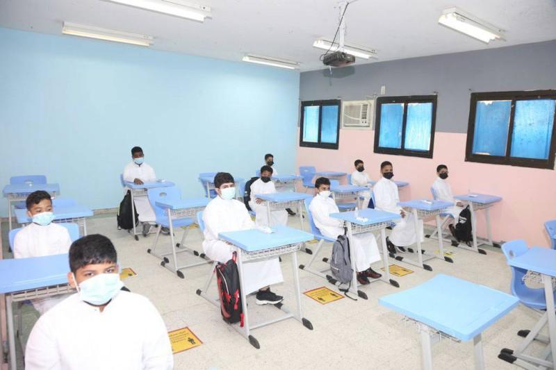 طلاب يتلقون دروسهم متبعين الاحترازات الصحية. (تصوير: مديني عسيري)
