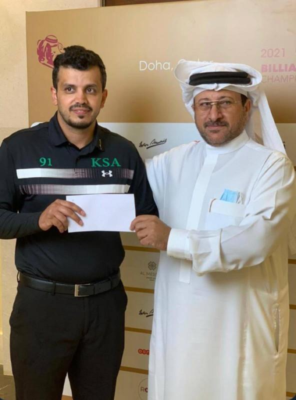 ناصر الشمري يسلم المكافأة الخاصة للاعب حسن النهاري.