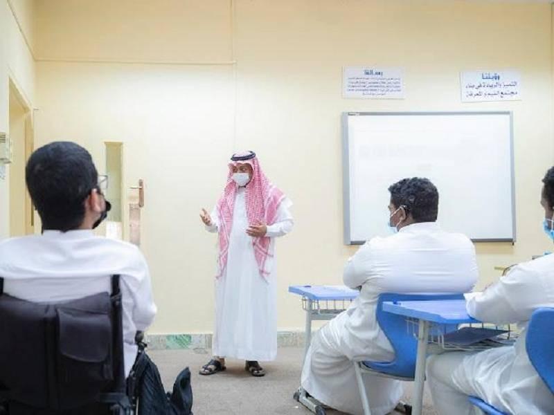 أحد طلاب ذوي الإعاقة أثناء حضوره إحدى الحصص الدراسية (وزارة التعليم)