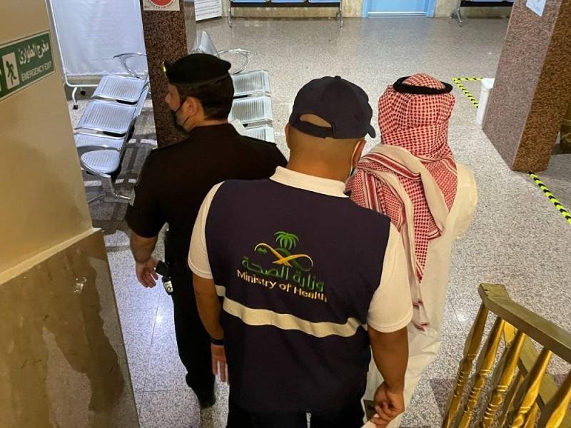 عناصر الأمن و«صحة الطائف» في المجمع