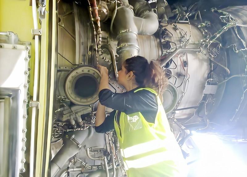 هند أثناء عملها في صيانة الطائرات.