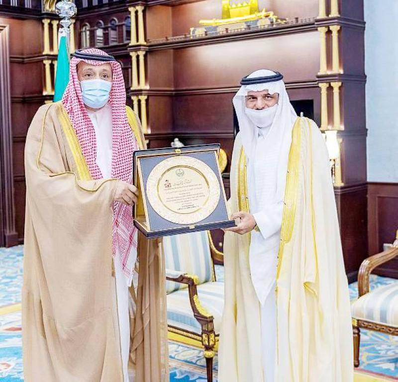 الأمير حسام بن سعود مكرماً مدير شرطة الباحة السابق.