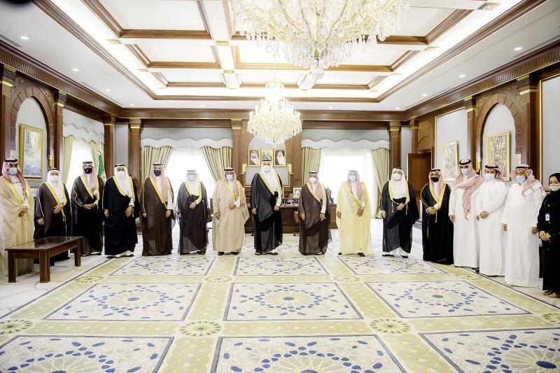 الأمير فيصل بن سلمان خلال تكريم أعضاء مجلس إدارة رؤى المدينة السابق.