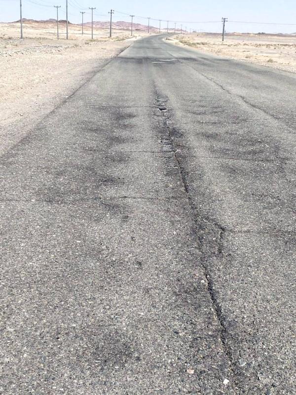 الطريق متآكل ويحتاج إعادة سفلتة وصيانة للسلامة المرورية.  (عكاظ)