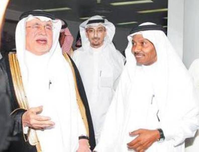 عبده خال مع وزير الإعلام والثقافة السعودي السابق د. عبدالعزيز خوجة.