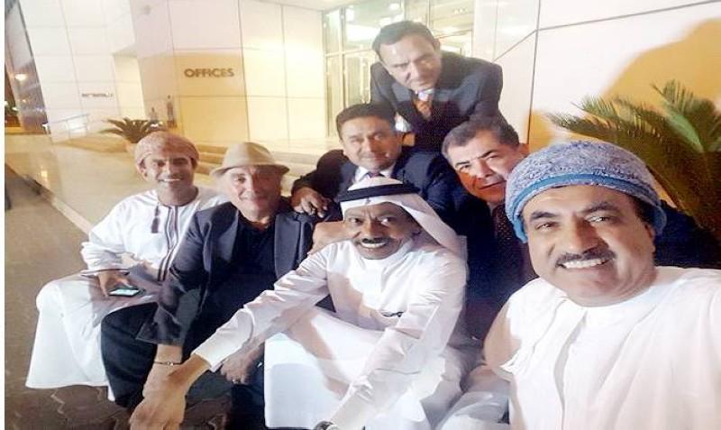 عبده خال مع بعض الروائيين العرب والخليجيين في الفجيرة.