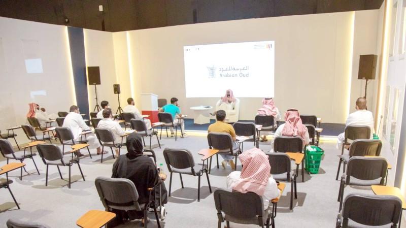 عدد من الحضور يستمعون للكاتب هشام العبيلي خلال ورشة «الاوتوبيوغرافيا».