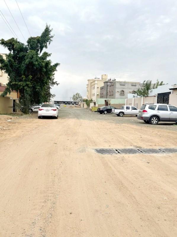 شارع في حي السر لا زال ترابيا. (تصوير: المحرر)
