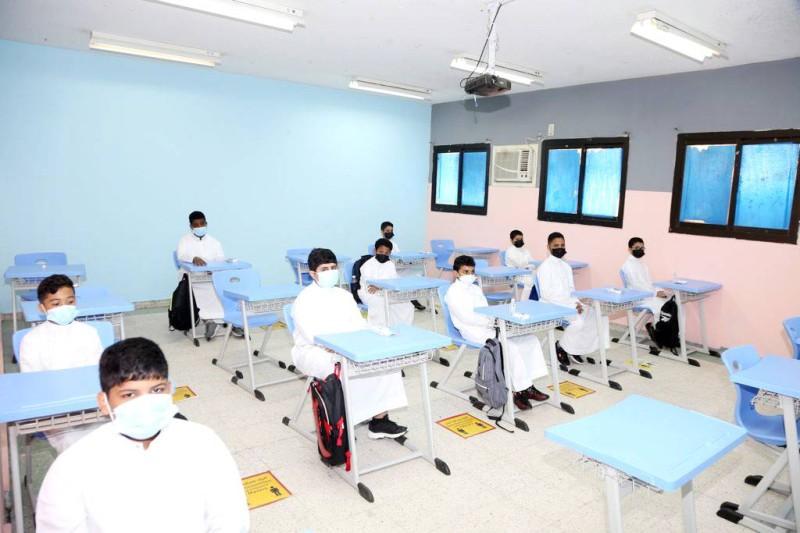طلاب في المرحلة الابتدائية بجدة يتلقون الدروس داخل المدرسة وسط احترازات صحية. (تصوير: مديني عسيري)