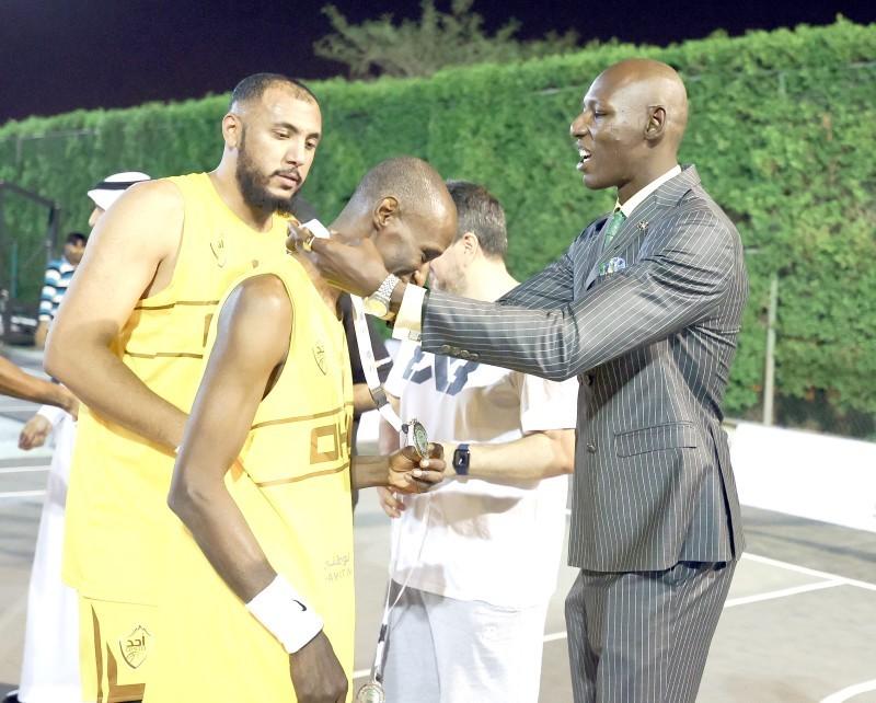 خلف يعد أقدم لاعبي كرة السلة في العالم. (اتحاد السلة)