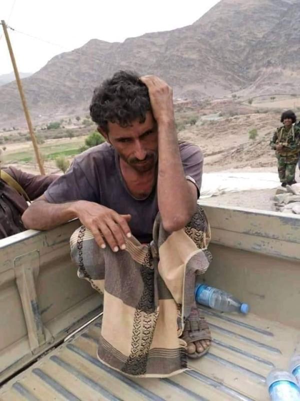 أسير حوثي في قبضة الجيش الوطني.