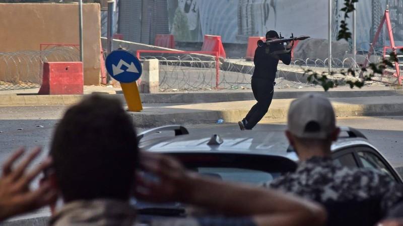 مسلح يطلق قذيفة من أحد مواقع التوتر اليوم في بيروت.